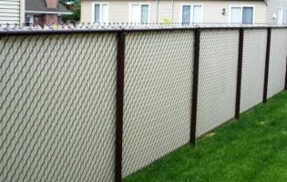 Clôture Avantage et Lévisienne, clôtures à Québec Grillage brun et lattes beiges