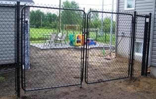 Clôture Avantage et Lévisienne, clôtures à Québec porte de clôture en grillage noir 6' haut