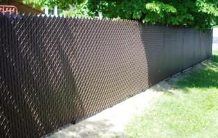 Clôture Avantage et Lévisienne, clôtures à Québec Clôture de mailles brunes avec lattes