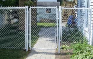 Clôture Avantage et Lévisienne, clôtures à Québec porte de clôture grillagée