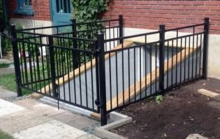 Clôture Avantage et Lévisienne, clôtures à Québec Clôture ornementale pour descente de sous-sol