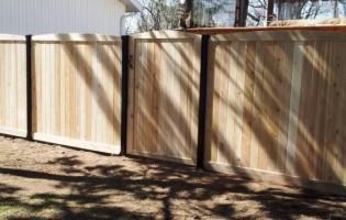 Clôture Avantage et Lévisienne, clôtures à Québec clôture de cèdre blanc et poteaux en acier noir