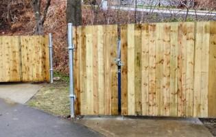 Clôture Avantage et Lévisienne, clôtures à Québec Porte de bois avec structure en acier pour conteneur à déchets