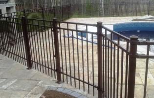 Clôture Avantage et Lévisienne, clôtures à Québec Poteaux vissés sur pavé d'interbloc