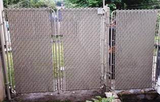 Clôture Avantage et Lévisienne, clôtures à Québec porte double maille taupe aves lattes