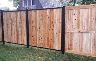Clôture Avantage et Lévisienne, clôtures à Québec Cèdre blanc dans un cadre en acier noir planches verticales