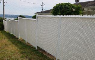 Clôture Avantage et Lévisienne, clôtures à Québec deuxième côté d'une clôture de mailles blanches avec lattes