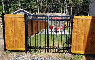 Clôture Avantage et Lévisienne, clôtures à Québec Porte double en fer forgé et clôture en cèdre