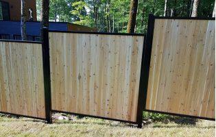 Clôture Avantage et Lévisienne, clôtures à Québec Cèdre blanc embouveté verticale dans un cadre en acier noir