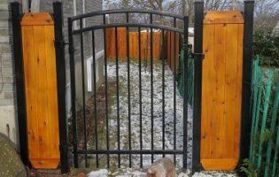 Clôture Avantage et Lévisienne, clôtures à Québec Porte simple cèdre et fer ornementale