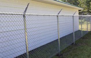Clôture Avantage et Lévisienne, clôtures à Québec Commerciale avec barbelé