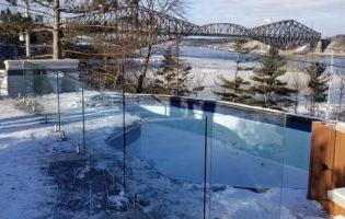 Clôture Avantage et Lévisienne, clôtures à Québec Clôture de verre 12 mm sur spigots